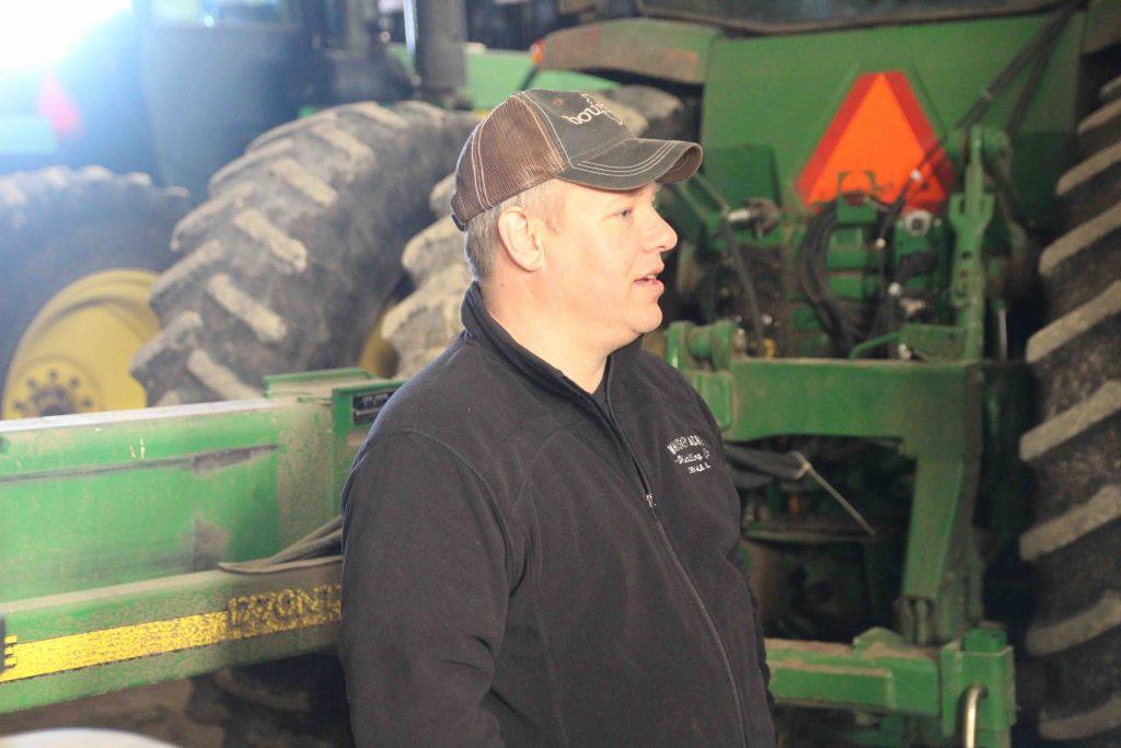 Jamie berättar väldigt ingående om maskinparken. Han är stolt över att han har betalt alla maskinerna och att han lyckats hålla igång några av dem i över trettio år.
