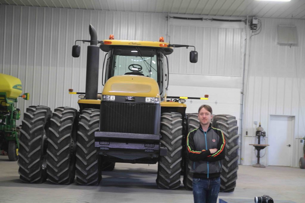 Man är noga med att minimera markpackningen på gården. Här är en traktor med trippla hjul på var sida.  Några av traktorerna, tröskan och även fältvagnen har band istället för hjul.