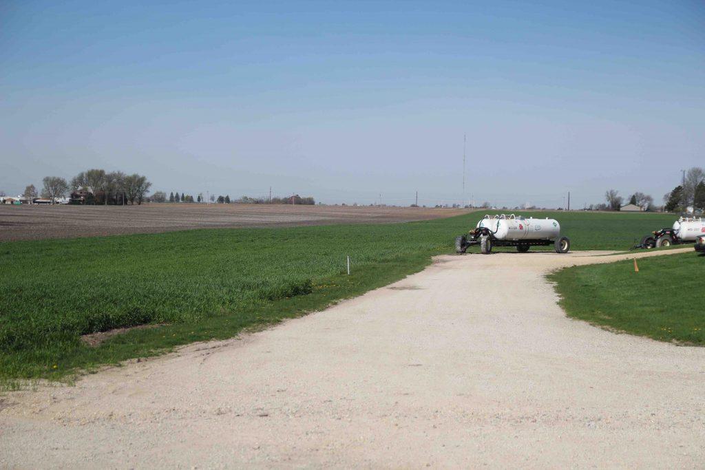 Till vänster i bild odlas råg som uteslutande används för den speciella rågwhiskey som man tillverkar på gården. Vagnen med de vita tankarna på innehåller flytande ammoniak som används som gödning på åkrarna. Ammoniaken är en restprodukt från naturgastillverkning. Vagnen kopplas bakom en harv som myllar ner gödningen i marken.