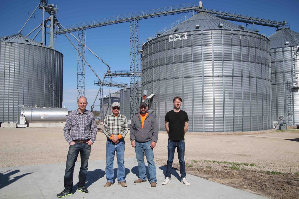 Vi poserar framför gårdens hjärta - siloanläggningen. Casey och hans far i mitten.