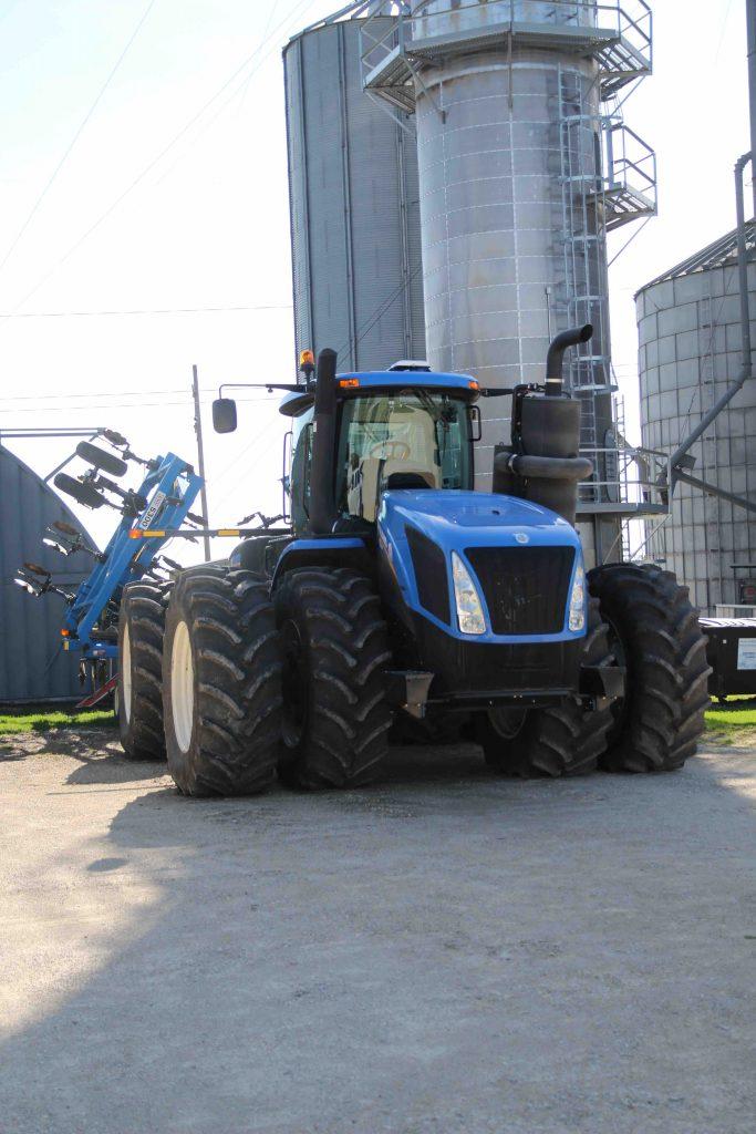 Den första traktorn på gården som inte är en John Deere. Den senaste John Deere de köpte krånglade och återförsäljaren erbjöd inte den hjälp Jamie hade förväntat sig. Så det fick bli en blå traktor istället.