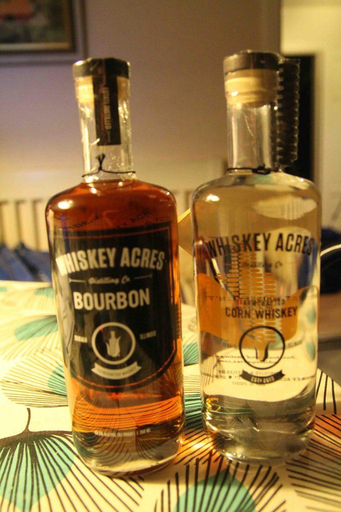 En flaska bourbon och en flaska majswhiskey. På flaskan sitter en bit ekvirke som ska läggas i spriten för att ge den smak och färg.