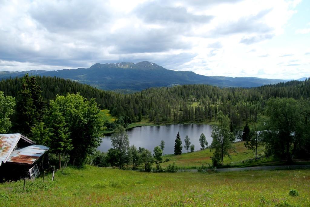 Gården ligger uppe i bergen vid en liten sjö.