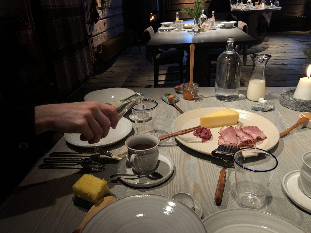 Frukosten på Fäviken gick inte av för hackor den heller. Ost från Oviken, skinka från den egna charkfabriken i Undersåker och annat gott.