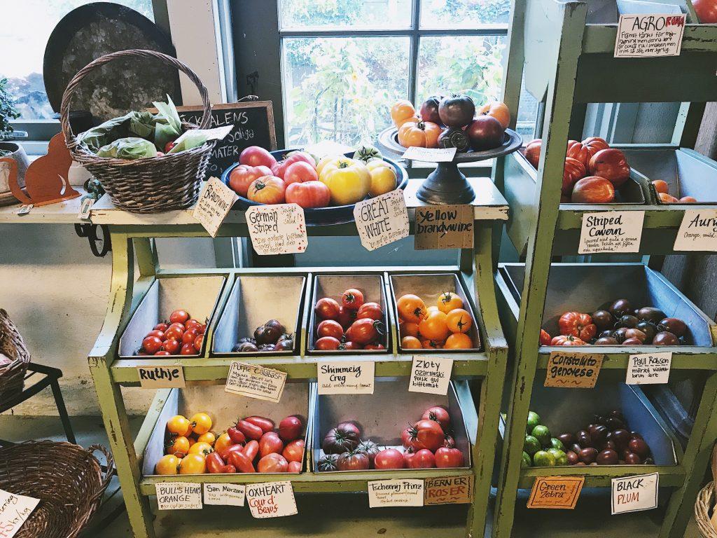 Tomater i gårdsbutik.