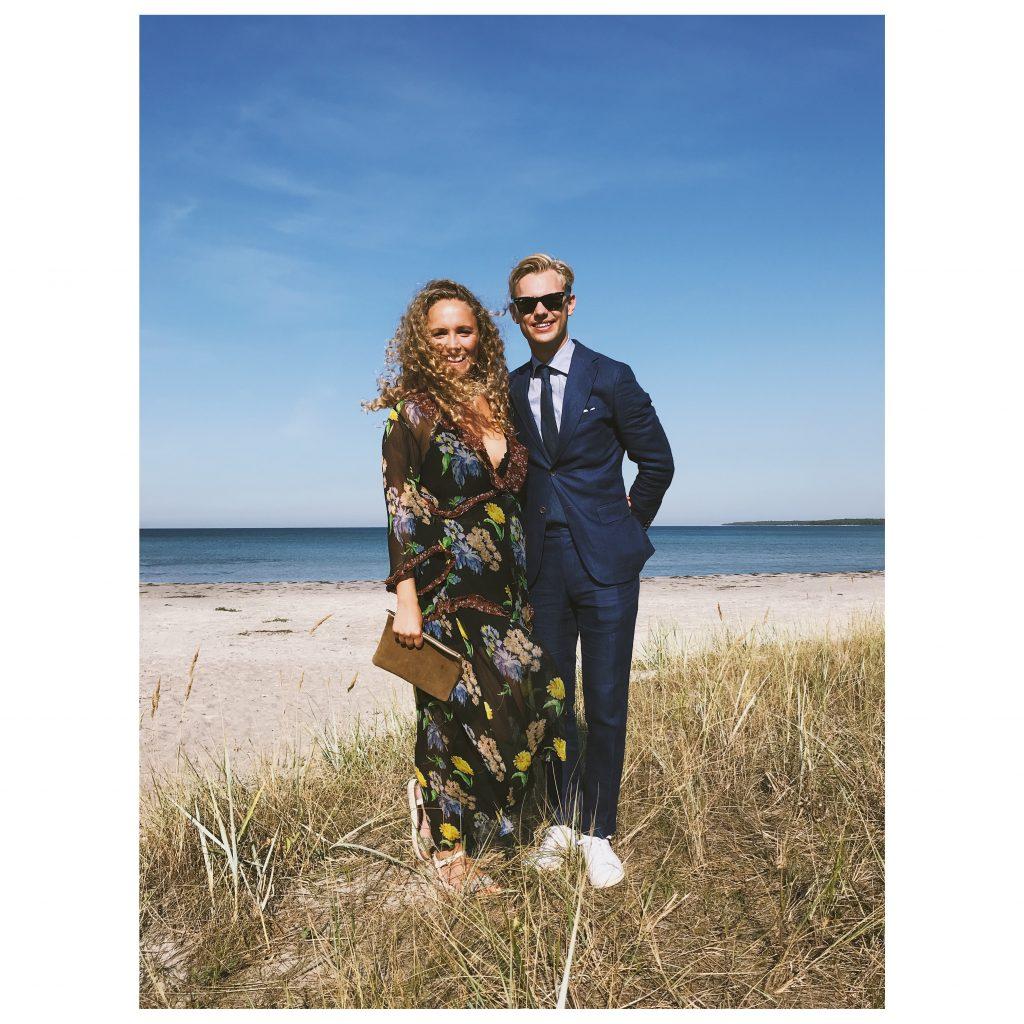 Ännu en lånad klänning på ett annat bröllop i somras. Mannen i blått är min tjusiga man, och han har på sig samma kostym som han hade på vårt bröllop förra året.