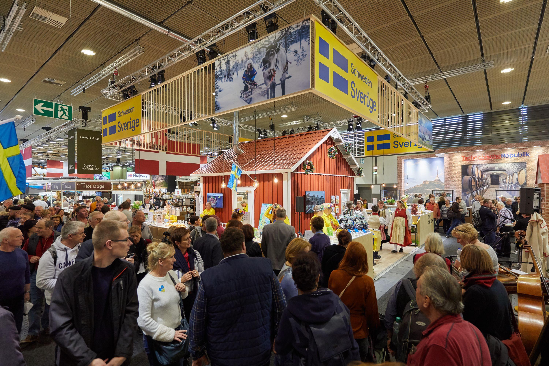 """Mycket folk blir det under den """"gröna veckan"""" i Berlin. Den svenska montern är väldigt svensk, med röd stuga, folkdans och midsommarkransar. Det går hem i Tyskland. Foto: Bernhard Ludewig"""