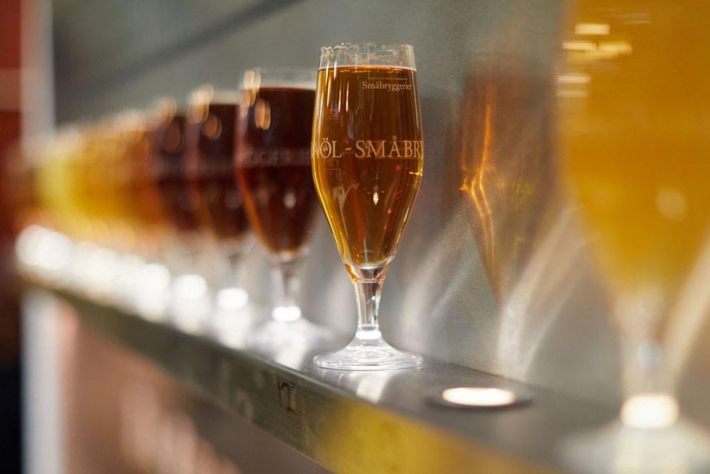Intresset för öl var väldigt stort, förra året hörde jag att man sålde slut på allt öl sista dagen. I montern sålde Sveriges Oberoende Småbryggerier olika typer av öl. Foto: Bernhard Ludewig