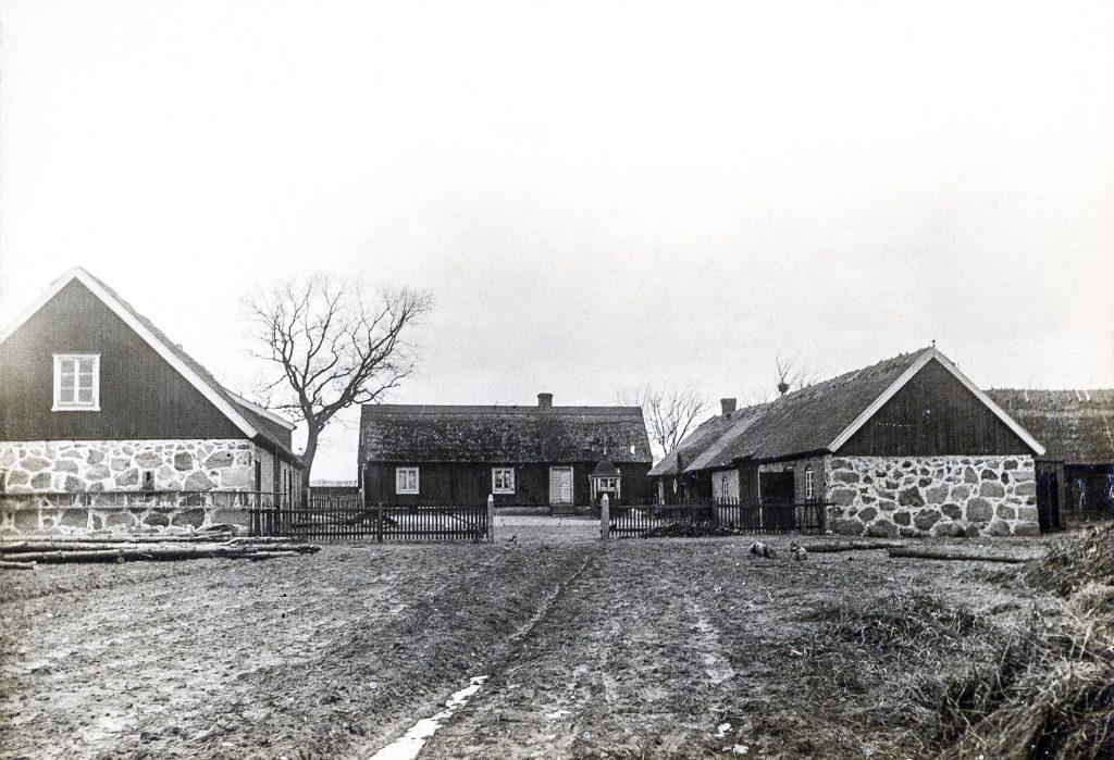 Den ursprungliga gården i Ysane (Blekinge) brann ner i slytet av 1910-talet och ersattes med en ny huvudbyggnad 1921.
