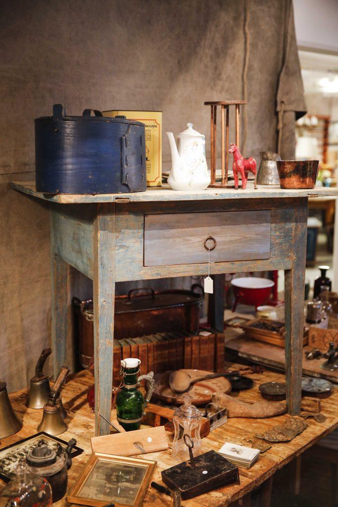 Mössbordet från slutet av 1700-talet har återfått sin originalfärg och försetts med en ny låda (från 30-talet).