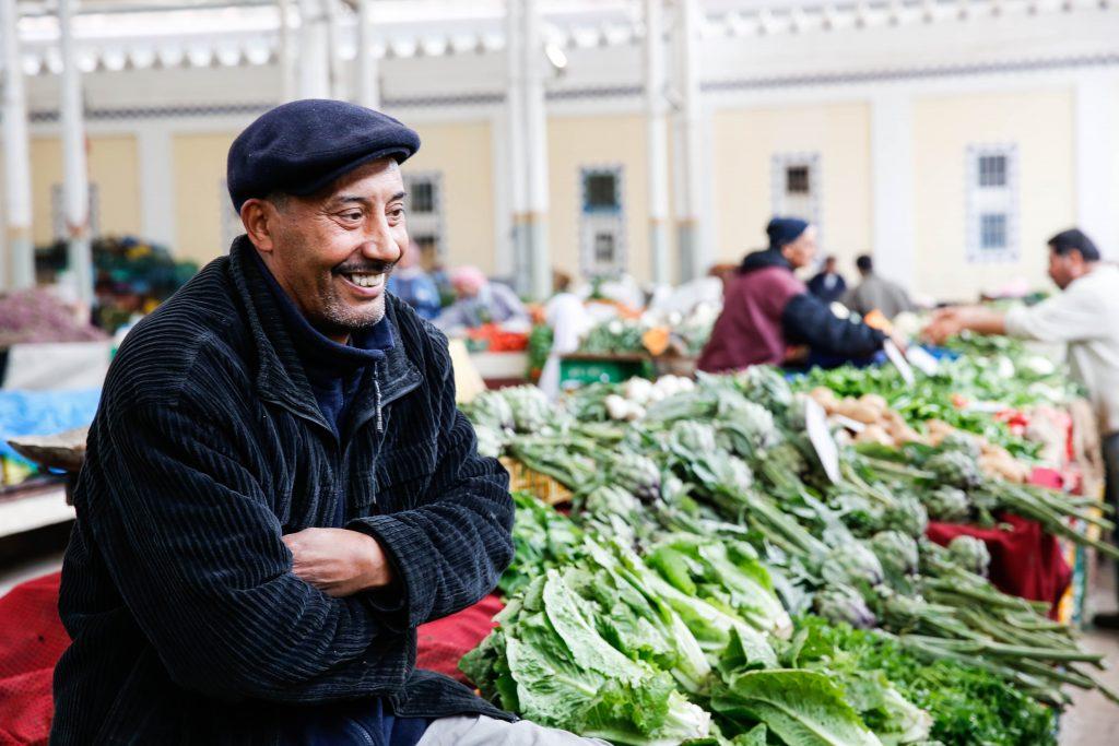 Underbara grönsaksmarknader i medinan i Tunis.
