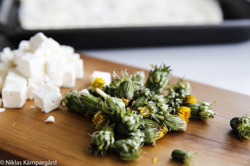 Krydda med stekta maskrosknoppar, fetaost, rosmarin, salt och oliver.