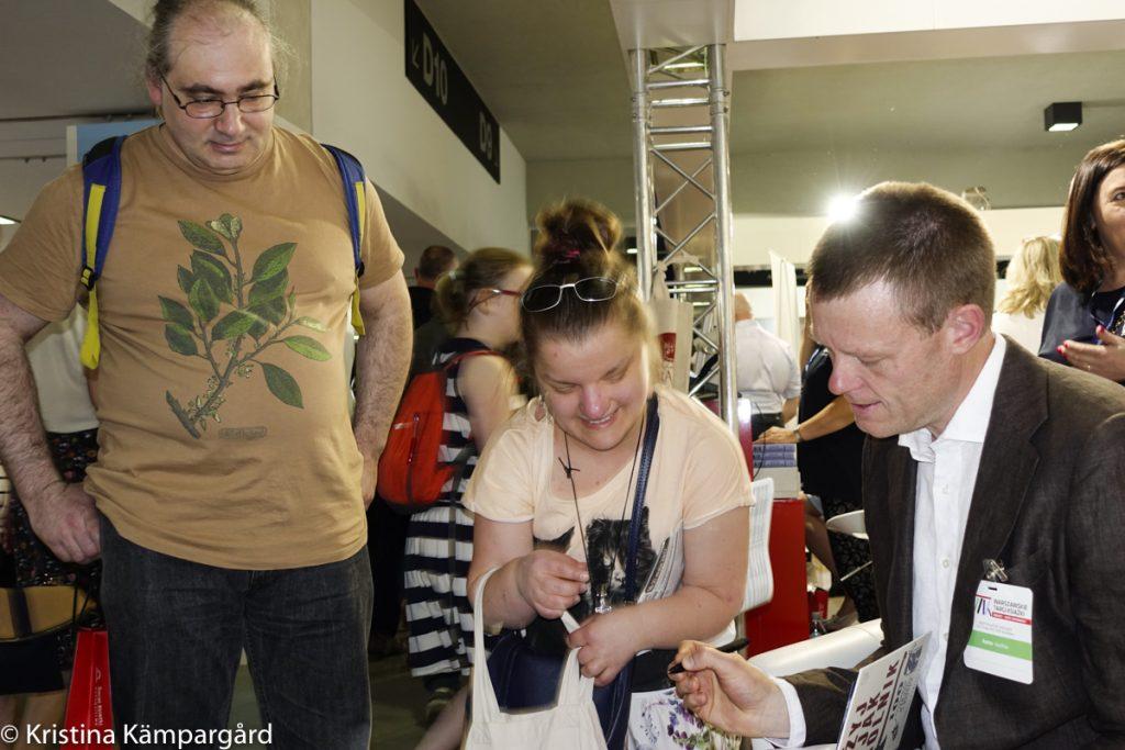 Det är en märklig känsla att signera böcker på Polens största bokmässa.