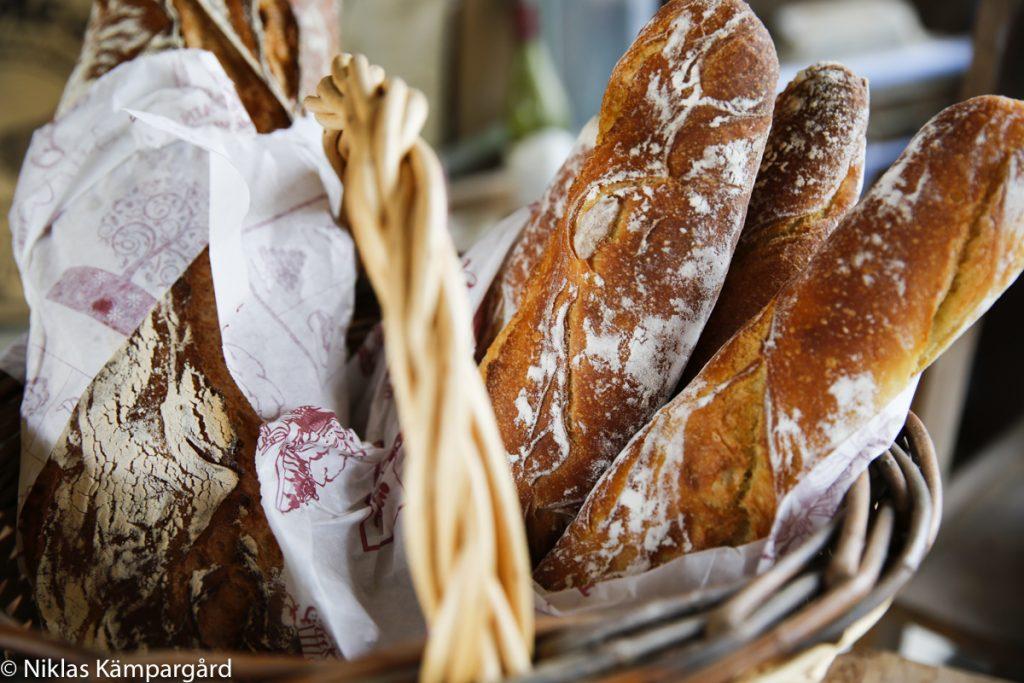Servera med nybakt bröd.