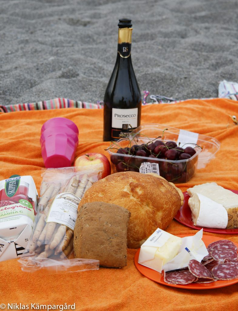 Italienskt vin, bröd, druvor, ost och salami. Få saker är ekologiska, men utbudet växer snabbt.