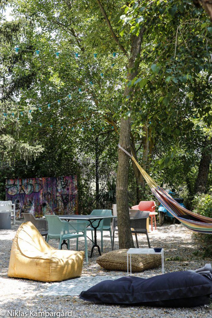 Härliga sittmiljöer under träden (Mullbärsträd) i Frankrike.