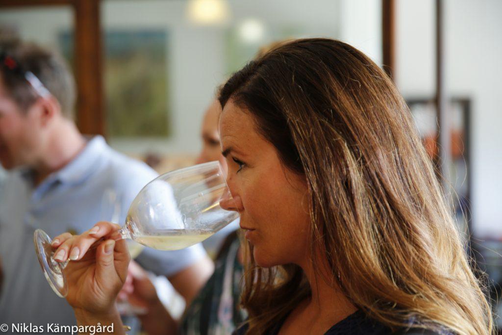 Linn Töråsen provar ekologiskt vin på Château Guilhem i Occitanien.