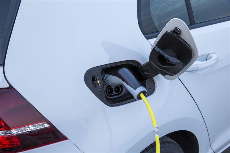 Elbilen släpper inte ut någon koldioxid alls när den väl är i drift. Men hur mycket koldioxid har den släppt ut i tillverkningen? Foto: Volkswagen.