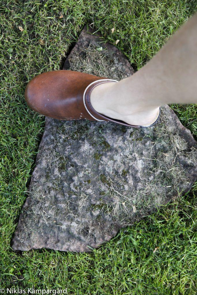 Tryck till stenen ordentligt med foten så att stenen inte vippar.