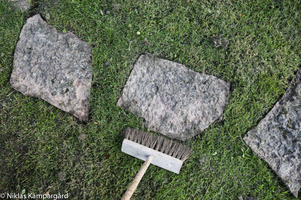 Lägg tillbaka stenarna i hålet och tryck till ordentligt. Borsta bort all jord med hjälp av en borste.