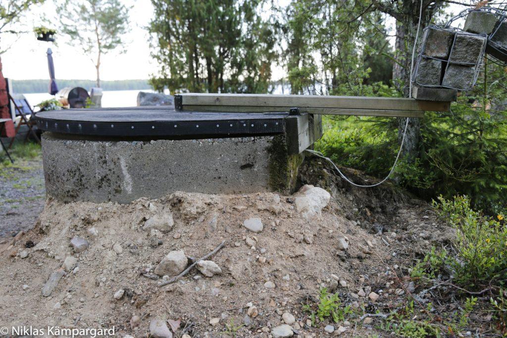 Isolera betongröret med frigolit och fyll upp runtomkring med grus, makadam eller singel.