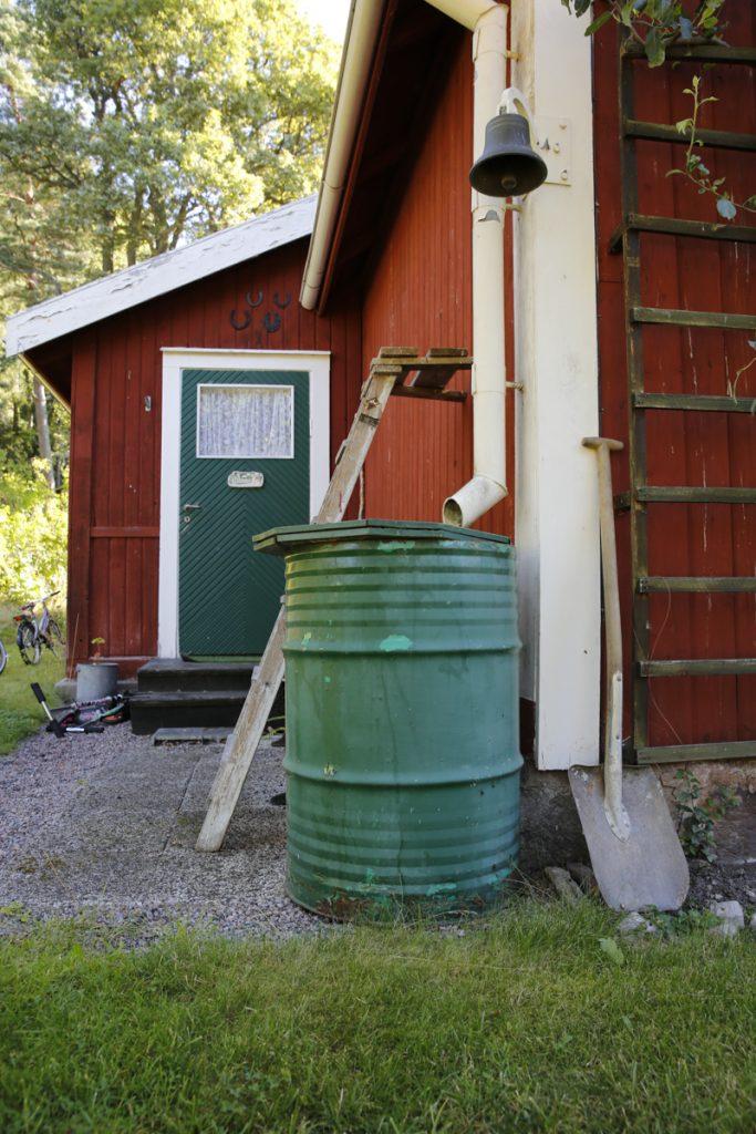 Ett gammalt oljefat är det billigaste alternativet på marknaden för att smala regnvatten.