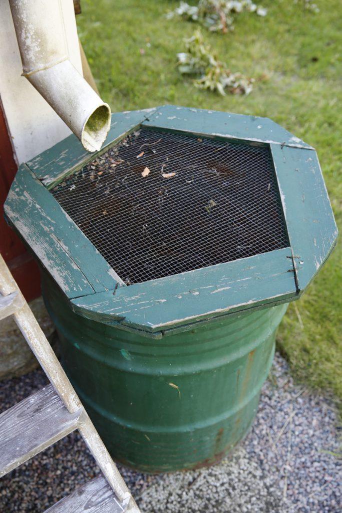 Ett nät över tunnan minskar risken för nedfallande växtdelar. Ett lock är allra bäst.