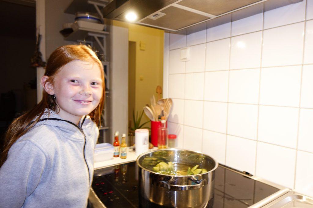 Hilda väntar på att kronärtskockorna ska koka klart.