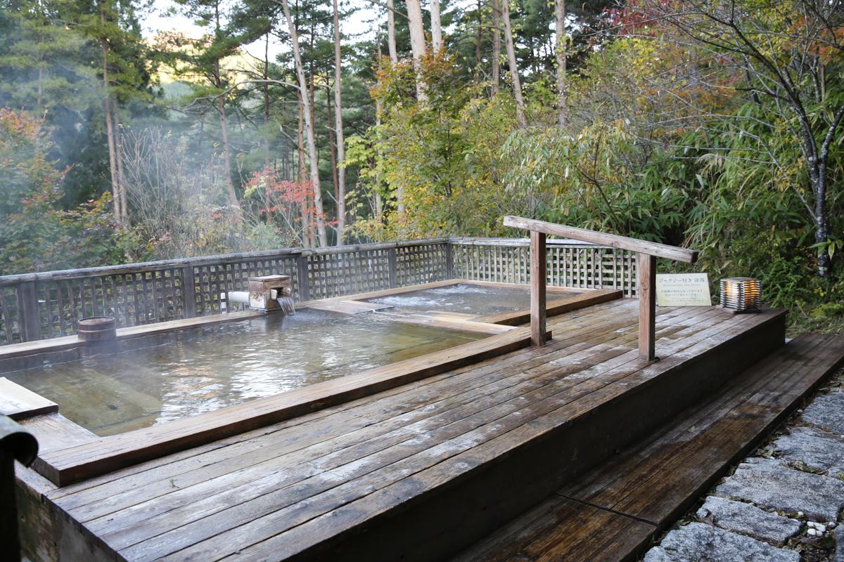 Välj ett japanskt Onsen omgivet av vacker natur.