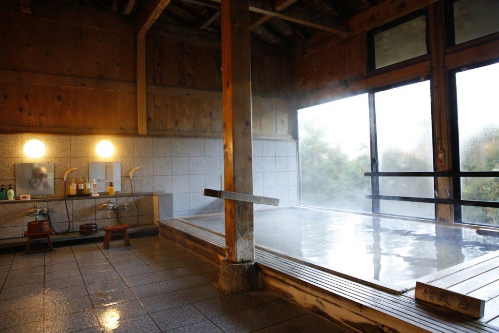 Inomhusbad med utsikt.