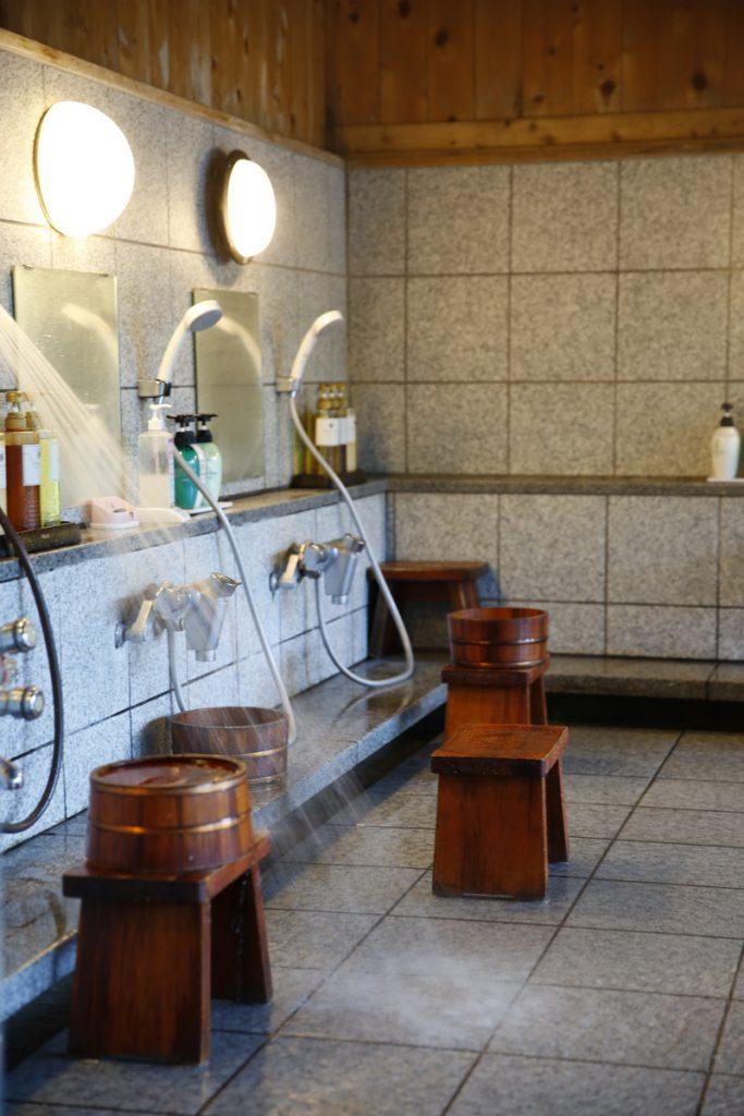 Japaner duschar inte ståendes utan duschar sittandes på en liten pall.