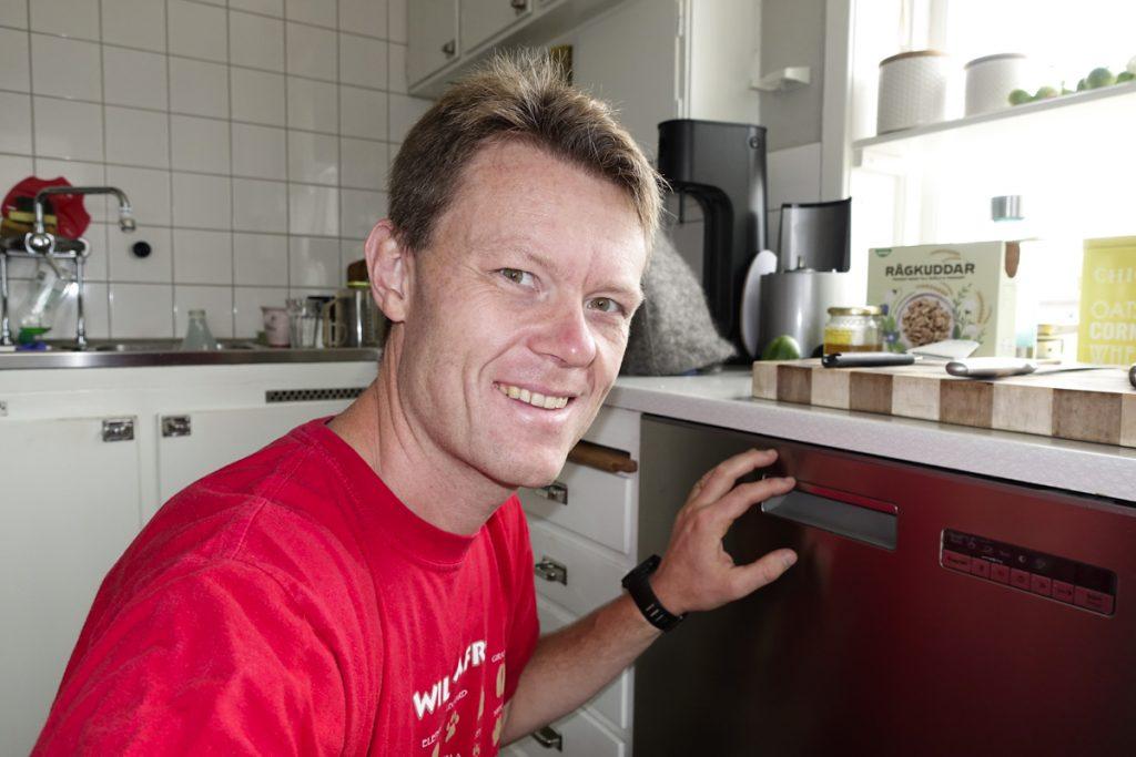 Diskmaskinen går varken att öppna eller baxa ut ur sitt läge då den sitter fast i diskbänken.