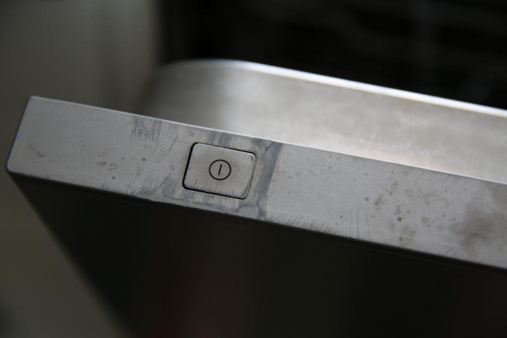 På och avstängningsknappen sitter dolt när diskmaskinen är stängd. Med andra ord går det inte ens att tänka av maskinen när diskmaskinen inte går att öppna.