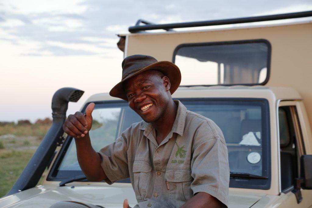 Tumelo Charles Ntema kombinerar bondelivet med jobbet som guide.