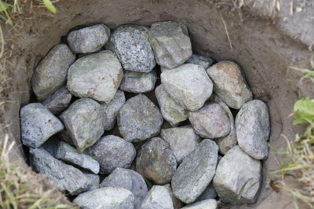 Klä gropen med knytnävsstor stenar.