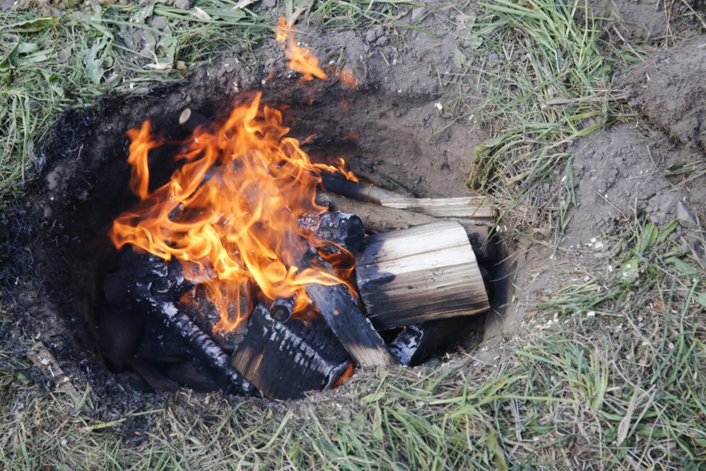 Gör upp en eld i gropen och elda rejält i minst 45 minuter.