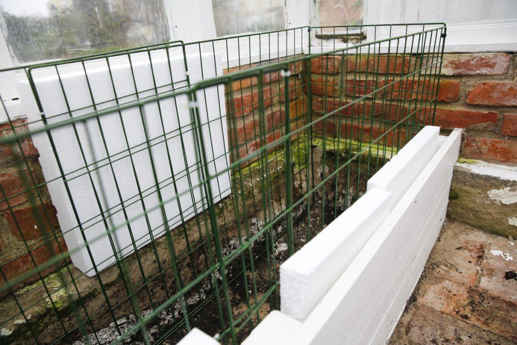 Som ram kan du använda kompostgaller, plank eller metall.