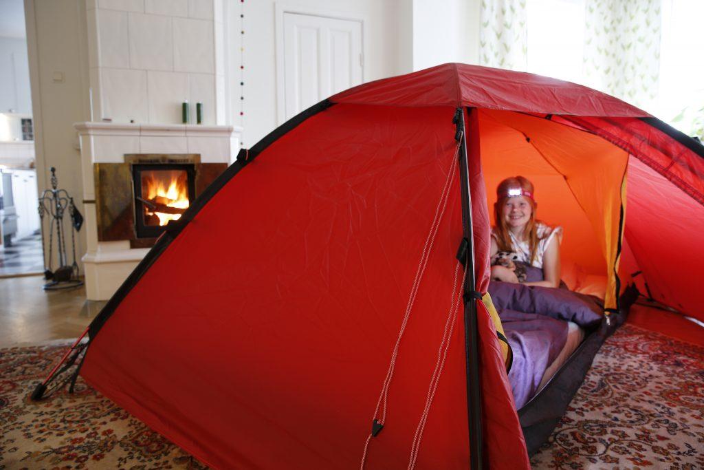 Att slå upp ett tält inomhus - gärna i samma rum som en extern värmekälla - ökar värmetåligheten avsevärt. Utan brasa blir det också betydligt varmare på insidan av tältet.