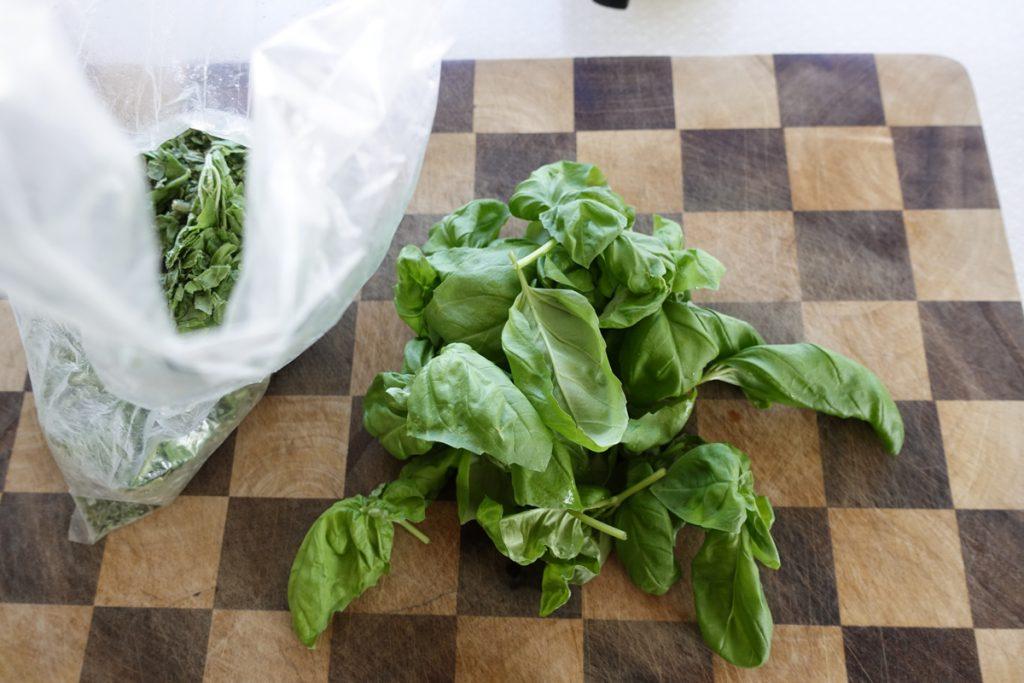 Frys in bladen precis som de är i en plastpåse.