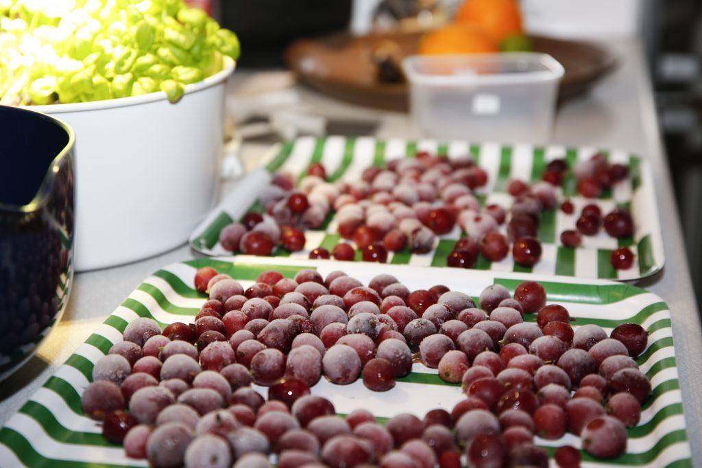 Frusna krusbär går utmärkt att juica så fort de tinat.