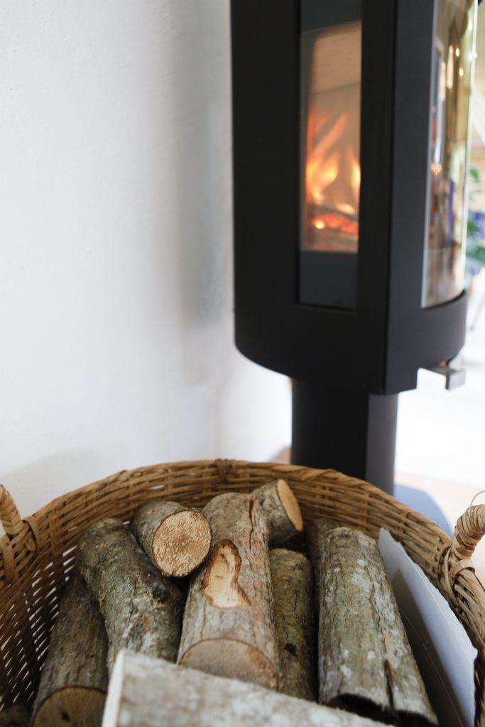 En brinnande brasa kan vara skillnaden mellan ett varmt och ett rejält utkylt hus.