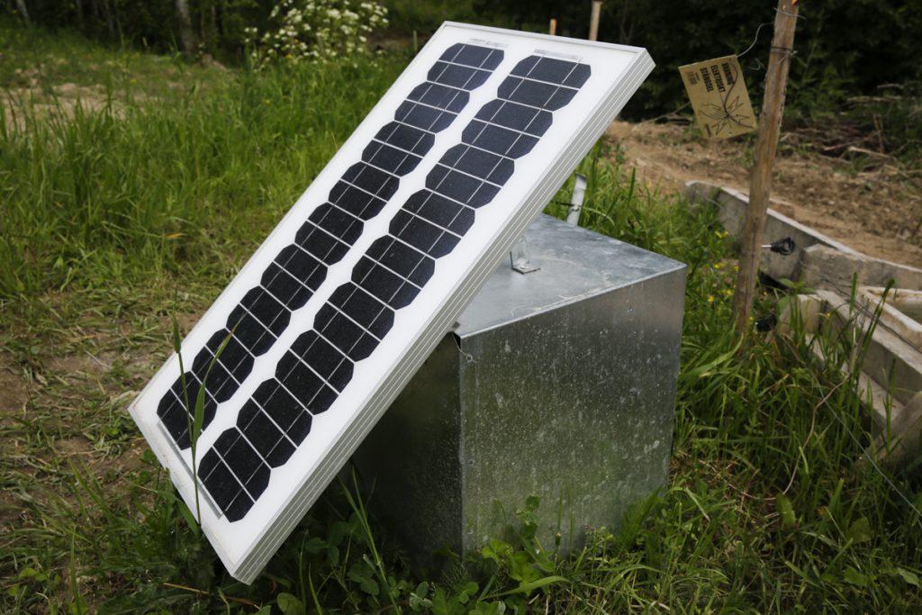 Med hjälp av solceller slipper du ladda bilbatteriet som driver elstaketet och kan sätta upp ett elstaket långt från en strömkälla.