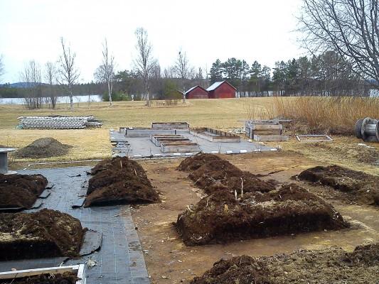 En köksträdgård under uppbyggnad.