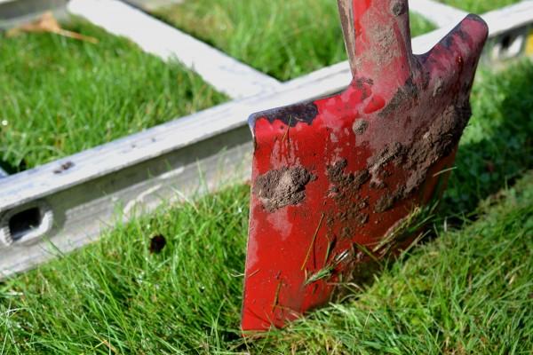 En spade gräver en linje längs en stege.