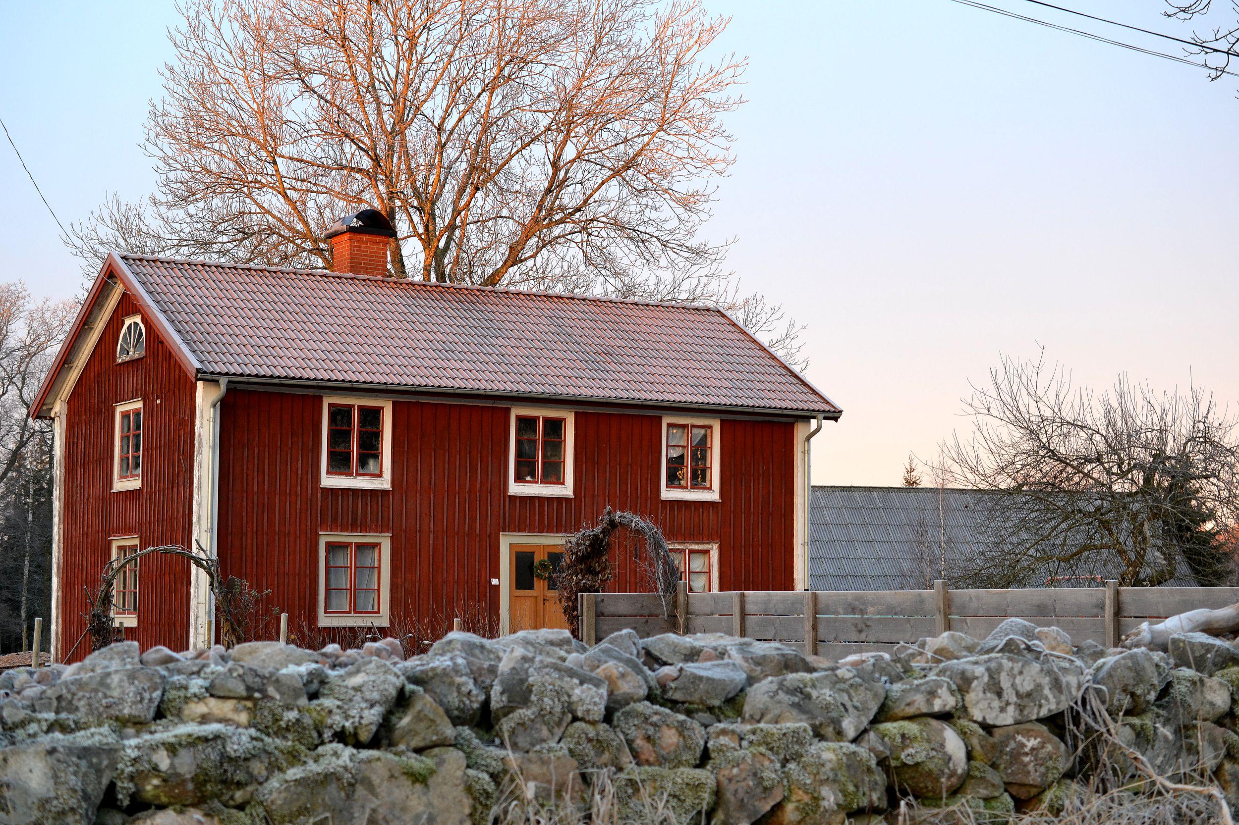 Huset Skillnadens i vinterljus med lite frost på stenmuren.