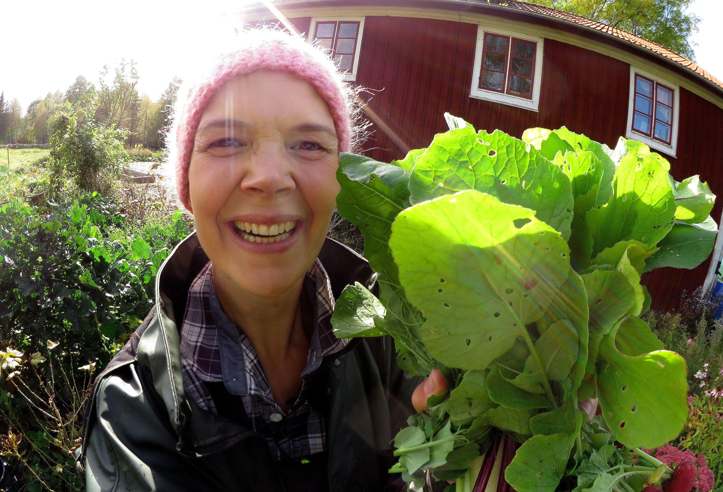 Sara Bäckmo framför huset