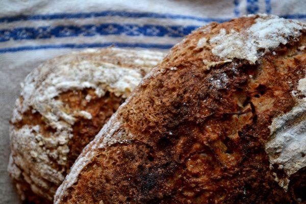 Närbild på två bröd som ligger på varandra.