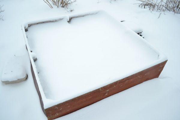 En odlingslåda täckt med snö.