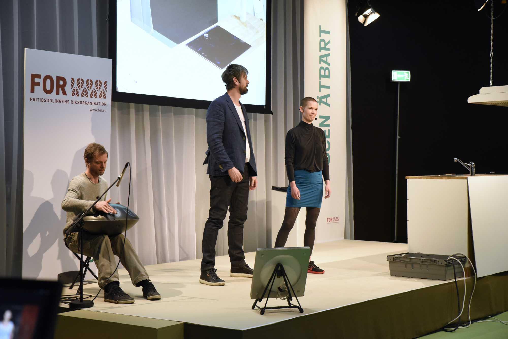 Sara Bäckmo och Johannes Wätterbäck på scen.