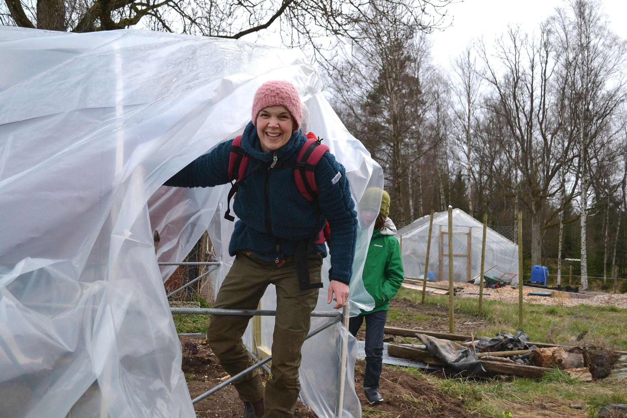 Sara Bäckmo framför tunnelväxthus med ny plast